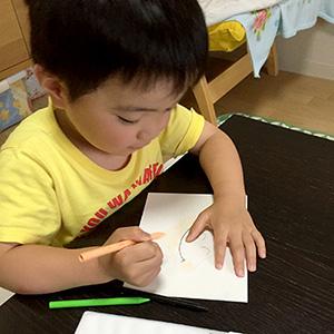 スマイルアートを描く息子